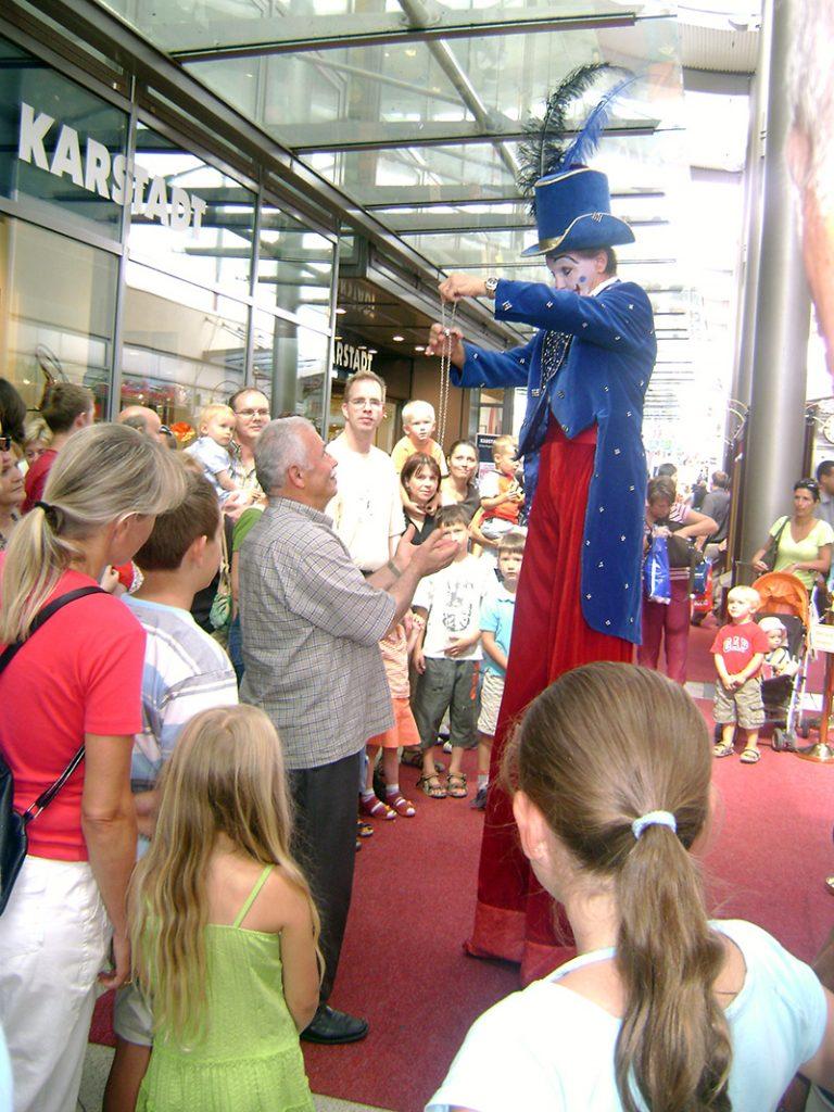 Zauberclown und Stelzenlauf im TriTra Puppentheater für Kinder